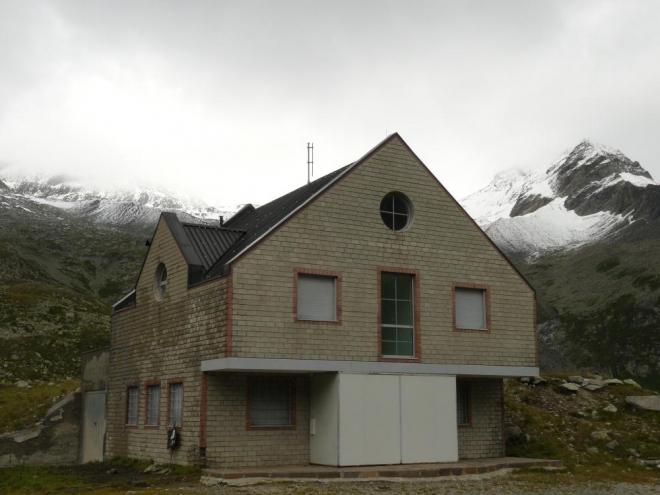 Moderní kostelík (či co to bylo jiného) přímo na hranici.