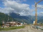 Po výjezdu lanovkou do výšky 2000 metrů (sic!) jsme uviděli zcela nečekané věci. Komerční lyžařská turistika si žádá překonávání stavebního umění.