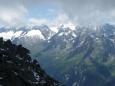 Zasněžený protější boční hřeben Zillertalských Alp