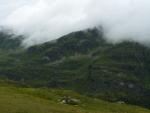A najednou se hory zahalily do mraků, jak kdyby se styděly.