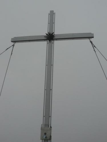 Kříž na vrcholu Kreuzjochu, jediný pohled, co si můžeme vychutnat v tomto počasí.