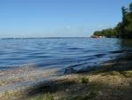 Lenivé vlnky na krásném kamenitém břehu, jen škoda, že asi není úplně přirozený...