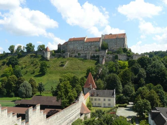Jižní část, ze které je poznat hrad nejvíc (taky jsem si pro tuto fotku vylezl na zídku :-) ).