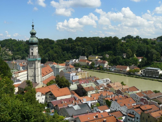 Městečko Burghausen a na druhé straně řeky Salzach Rakousko.