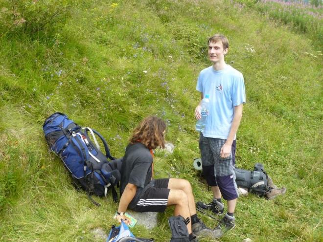 Odpočinek během výstupu. Vlevo sedí Martin, vpravo je Michal.
