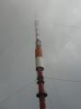 Samotný vysílač ční tak vysoko, že ho z vrcholu nebylo možno vyfotografovat celý.
