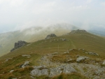 Pěkný hřeben Nízkých Tater, jen by mohl být bez mraků. Takto v podstatě vypadaly vrcholy Stredné Hole, Orlové a Bartkové.