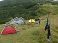 Velmi rychle zbudované nouzové tábořiště.