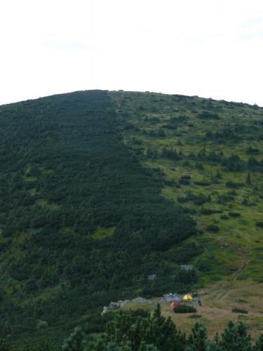 Pohled na tábořiště ze shora.