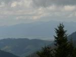 Stále zatažená obloha a opar nedovolují pěkné výhledy, tak údolí, kde leží Liptovsko není moc vidět.
