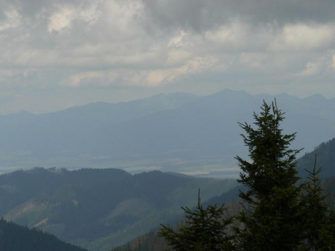 Stále zatažená obloha a opar nedovolují pěkné výhledy, tak údolí, kde leží Liptovsko, není moc vidět.