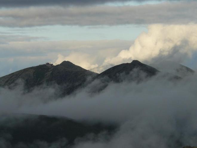 Jak se mraky neviditelnými silami trhaly, zamával nám i Chopok, jako by se chtěl vysmívat, že jsme na něm byli moc brzo.