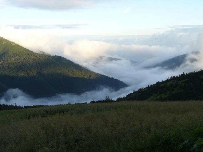Koberec z mraků stále pokrýval údolí, my si však užívali večerních pohledů, i když vítr přinášel zimu.