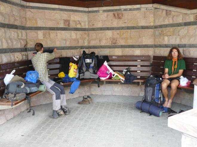 Při čekání na autobus do Ružomberoka jsme se trochu rozvalili. Tedy, hlavně já. :-)