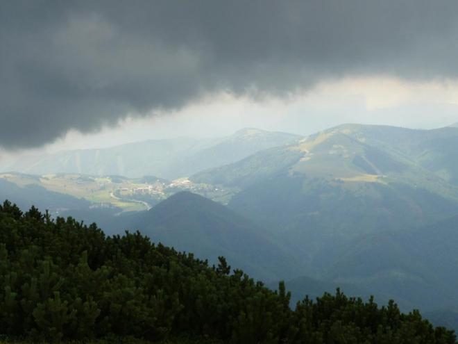 V klínu mezi mraky a klečí jsou za oparem schované Donovaly, kam míříme. Foceno při sestupu z Prašivé.