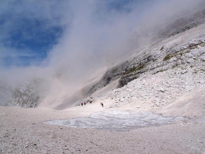Bílé skály a v nich utopený sněhový kar.