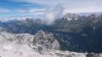 Pohled na Italskou stranu. Hora uprostřed u horní stanice lanovky Kanin je Bila Peč a při tomhle pohledu dolů jsme ještě netušili, že tam povedou naše kroky poslední den.