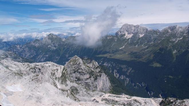Pohled na Italskou stranu. Hora uprostřed u horní stanice lanovky Kanin je Bila Peč a při tomhle pohledu dolů jsme ještě netušili, že právě tam povedou naše kroky poslední den.