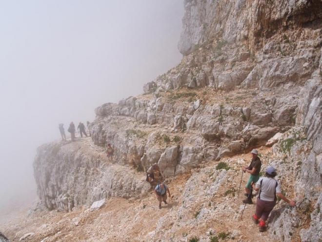 Mlha nahoru, mlha dolů. Počasí se střídalo stejně často jako jsme oblékali a svlékali bundy.