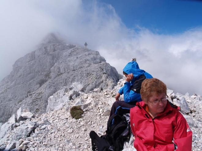 Předvrchol, kde jsme čekali na pomalejší jedince a odkud nahoru na vrchol šel jen Luděk s omladinou - oběma Lukáši a Eliškou.