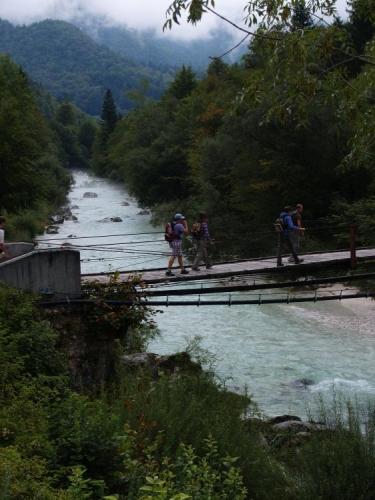 Od vesničky Soča přecházíme poprvé můstkem přes řeku Soča.