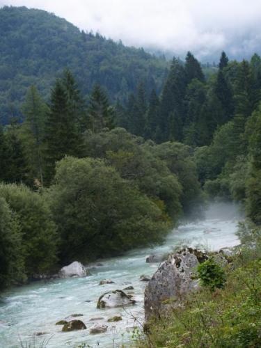 Cesta vede kolem řeky většinou po levém břehu. Jdeme proti proudu, po druhé straně vede silnice do sedla Vršič a do vnitrozemí Slovinska.