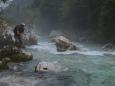 Lovec Luděk asi vidí pod vodou kapitální rybu.