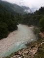 Pohled na řeku mizící v mlžných horách.