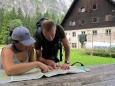 Až dole, u chaty Dom v Tamarju, Luděk se Štěpánkou s překvapením zjišťují, že to co slezli musí zase nazpět vystoupat.