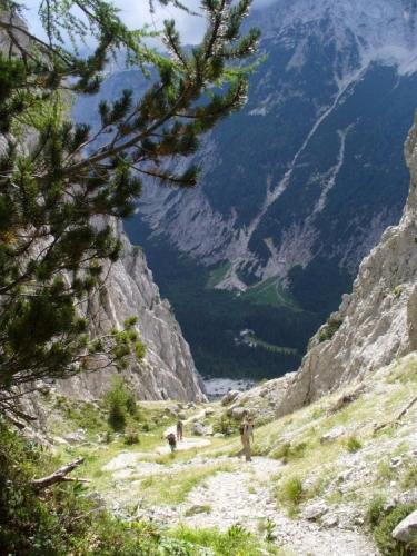 Strmé stoupání zde opravdu nechybí, část je ve skalách zajištěna neudržovanými lany.