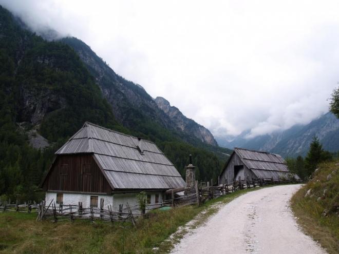 Domky Zadnja Trenta jsou posazené v hluboké a široké dolině stejného názvu.
