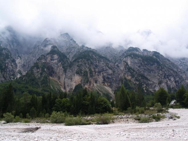 Koryto Suhiho potoka je v létě bez vody, kolem je jen spousta bělostných kamenů.