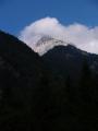 Teprve večer, při sestupu k zastávce autobusu se vyjasní a my můžeme s údivem sledovat vrcholy obrovitého Prisojnika (2 547m).