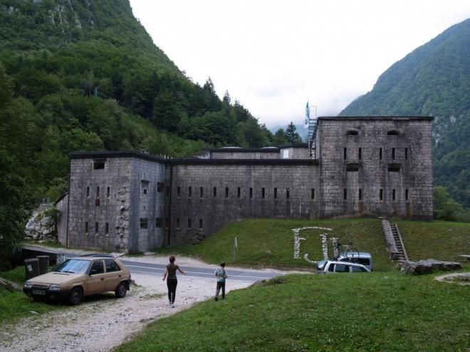 Zatímco my se ještě stíháme projít kolem starobylé vojenské pevnosti.