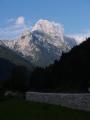 Cestou k sedlu Predel fotíme mohutný Mangart