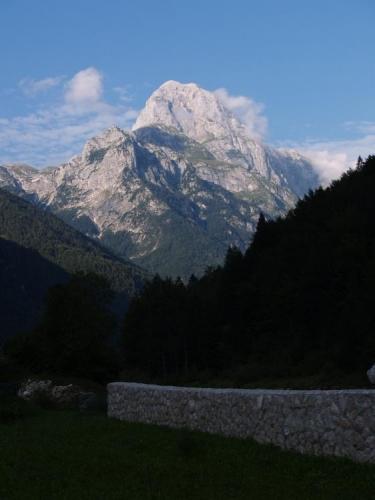 Cestou k sedlu Predil fotíme mohutný Mangart