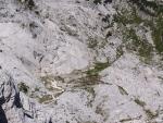 V nedalekém údolí jsou vidět stany