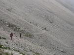 Suťoviskem se schází na planinu Bukovec