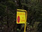 Varování proti lavinám. Nedaleko Homer tunelu na Milford road