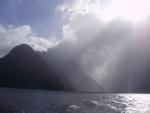 Mitre Peak zahalen v přicházejícím dešti