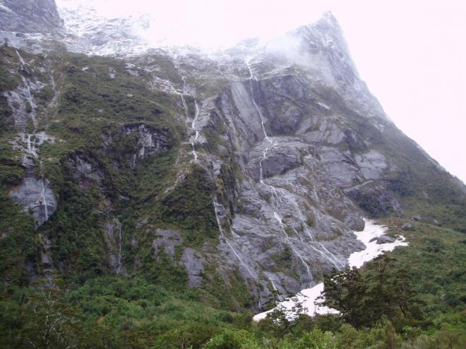 Díky bohatým dešťům narazíte na vodopád každých par metrů