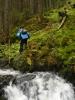 Roman nám na druhé straně potoka mizí, zatímco my pomalu po jednom skáčeme přes kameny.