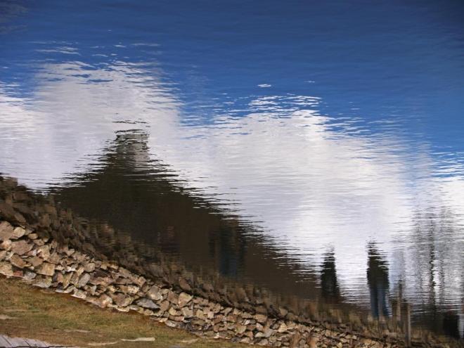 """1. Když jsme se o Velikonočních svátcích toulali kolem vodního mlýna v Hoslovicích hledal jsem nějaké netradiční záběry. To se podařilo díky rybníčku nad mlýnem, ze kterého se po otevření stavidla roztáčelo vodní kolo. Určitě fotce pomohly bílé mraky nad šindelovou střechou a dva """"duchové"""" vedle ní."""