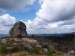 2. Určitě by z tohoto místa na vrcholu Knížecího stolce šlo vytvořil lepší fotku, ale přesto balvan posazený na vyhlídce jistou zajímavost nese. Zvláště když se k tomu přidají vzpomínky na putování neposkvrněnou krajinou Boletického VVP.