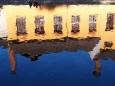 4. Projížděli jsme s Lukášem Český Krumlov kolem řeky k hradu a tam nás zaujaly zvláštně modulované odrazy. Možná i galerie Egon Schile, která je právě na druhé straně řeky, po tomto mistrovském díle Vltavy ráda skočí :-).