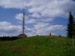 Na vrcholu Huťské hory bohužek rozhledna není, jen vysílač u kterého v době naší návštěvy zrovna probíhala jakási profylaxe. Chtěli jsme se zeptat, jestli nás nahoru nepustí, ale nakonec jsme to vzdali. Asi by to nešlo...