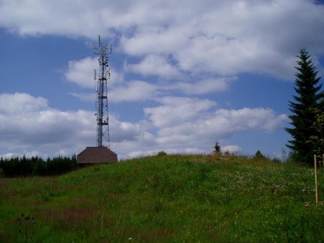 Na vrcholu Huťské hory bohužek rozhledna není, jen vysílač u kterého v době naší návštěvy zrovna probíhala jakási profylaxe. Chtěli jsme se zeptat, jestli nás nepustí nahoru, ale nakonec jsme to vzdali. Asi by to nešlo...