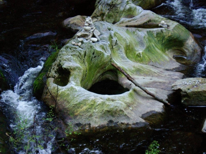Nedaleko nad chatou najdeme i známé obří hrnce, kameny vymodelavané prohlubně.