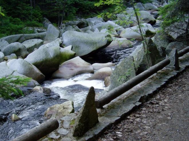 Vydra od Antýglu zvětšuje svůj sklon a její údolí se zařezává hlouběji do svahů. Její koryto je poseto žulovými balvany vznikajícími silným rozpadem žul v okolním masívu.