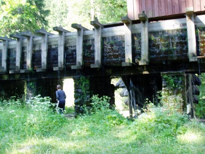 Zde je dřevěný náhon, dříve k pile, dnes k funkční vodní elektrárně Vydra, pocházející z let 1934-1938.